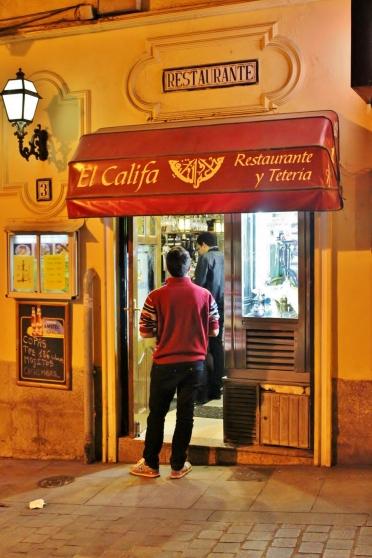 Pequeña puerta de entrada del restaurante y tetería árabe El Califa en Madrid
