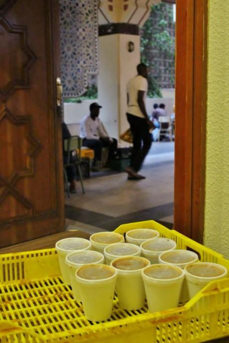 Cajas con vasos de harira para el Iftar de Ramadan en Mezquita Central de Madrid
