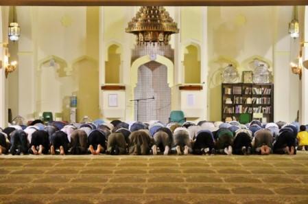 Musulmanes rezan la cuarta oración tras romper el ayuno de ramadan en la Mezquita Central de Madrid