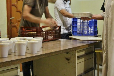 Musulmanes recogen la comida del Iftar de Ramadan en Mezquita Central de Madrid