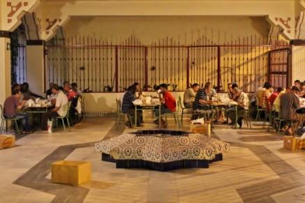 Musulmanes disfrutan del Iftar de Ramadan en Mezquita Central de Madrid