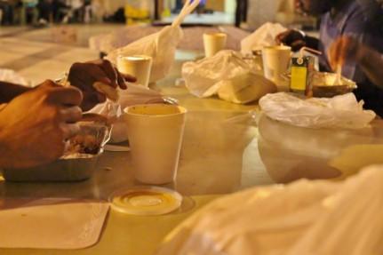 Musulmanes rompen el ayuno y disfrutan del Iftar de Ramadan en Mezquita Central de Madrid